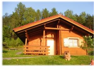 Bild: AWM-Ferienhaus im Bayerischen Wald, gemütliches Holzblockhaus mit Kaminofen